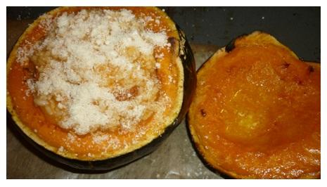gefüllter Kürbis wird im Ofen gratiniert