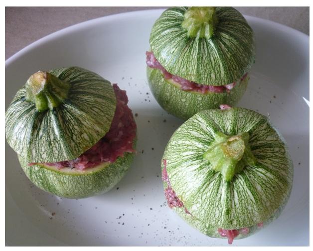 gefüllte Zucchini in Auflaufform